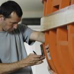 Le maitre charpentier de l'atelier à l'oeuvre
