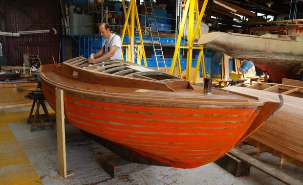Restauration de vieux bateaux en bois Voilier en cours de rénovation