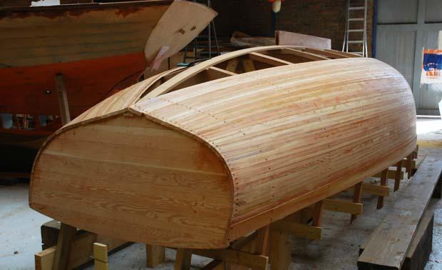 Restauration de vieux bateaux en bois. Coque d'un Ebihem à l'envers